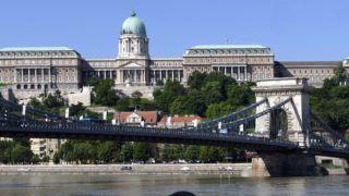 Budapest, 2019. június 3. Külföldi turista fényképezi a Széchenyi Lánchíd környékét a Duna-partról. A folyó túlpartja fölött a Nemzeti Galériának is otthont adó Budavári Palota. MTVA/Bizományosi: Jászai Csaba  *************************** Kedves Felhasználó! Ez a fotó nem a Duna Médiaszolgáltató Zrt./MTI által készített és kiadott fényképfelvétel, így harmadik személy által támasztott bárminemû – különösen szerzõi jogi, szomszédos jogi és személyiségi jogi – igényért a fotó szerzõje/jogutódja közvetlenül maga áll helyt, az MTVA felelõssége e körben kizárt.