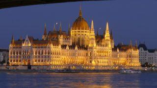 Budapest, 2019. június 29. Az Országház kivilágított épülete a Duna balpartján este. Fent a Margit híd ugyancsak megvilágított acélszerkezetének egyik pillére. MTVA/Bizományosi: Jászai Csaba  *************************** Kedves Felhasználó! Ez a fotó nem a Duna Médiaszolgáltató Zrt./MTI által készített és kiadott fényképfelvétel, így harmadik személy által támasztott bárminemû – különösen szerzõi jogi, szomszédos jogi és személyiségi jogi – igényért a fotó szerzõje/jogutódja közvetlenül maga áll helyt, az MTVA felelõssége e körben kizárt.