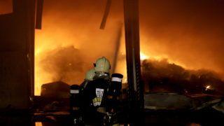Királyszentistván, 2011. május 11. Tûzoltók dolgoznak az éjjeli órákban a királyszentistváni hulladék-feldolgozó mintegy háromezer négyzetméteres csarnoképületében kigyulladt nagy mennyiségû hulladék oltásán. MTI Fotó: Nagy Lajos