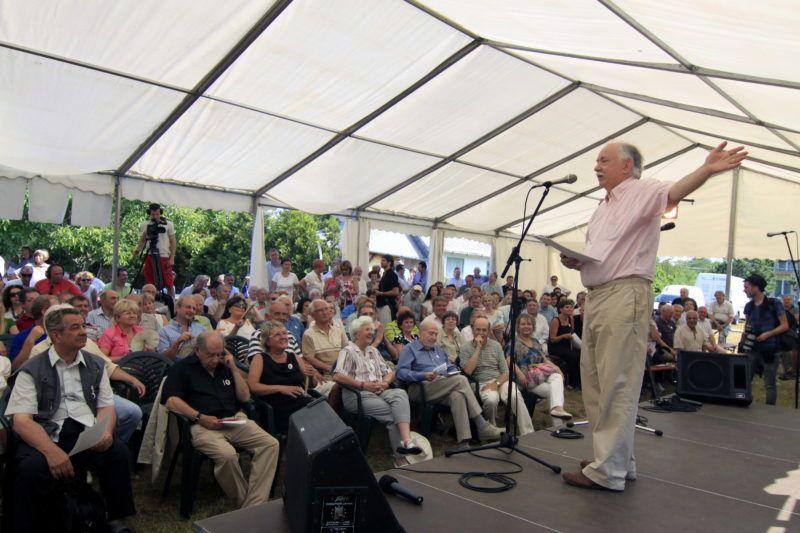 Balatonszárszó, 2013. június 23. Farkasházy Tivadar humorista, újságíró beszél a Szárszói találkozón nyaralójának kertjében 2013. június 23-án. MTI Fotó: Nagy Lajos