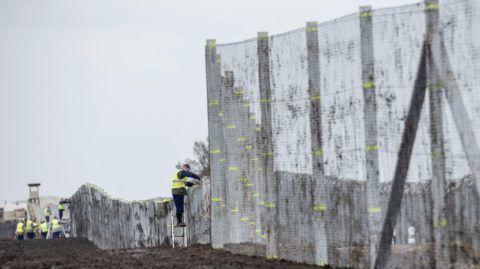 Gara, 2016. október 28. Az új, második határkerítés kísérleti szakaszának telepítése a Bács-Kiskun megyei Garánál 2016. október 26-án. Bácsszentgyörgy és Gara között a mûszaki zárat jelenleg összesen 10,3 kilométer hosszúságban fogvatartottak építik. MTI Fotó: Ujvári Sándor
