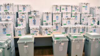 Budapest, 2019. május 29. A külképviseleteken leadott szavazatokat tartalmazó urnák a Nemzeti Választási Bizottság (NVB) nyilvános ülésén, ahol megvizsgálták a visszaérkezett urnák és urnazáró címkék sértetlenségét 2019. május 29-én. A Rijádból érkezett urna nem volt megfelelõen lezárva. MTI/Illyés Tibor