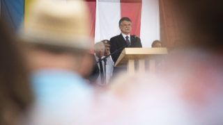Ajak, 2019. augusztus 2. Kövér László, az Országgyûlés elnöke beszédet mond a 11. Ajaki Nemzetközi Lakodalmas és Hagyományõrzõ Fesztivál megnyitóján a Szabolcs-Szatmár-Bereg megyei város Oktatási és Kulturális Parkjában 2019. augusztus 2-án. A házelnök kijelentette, hogy a magyarok számára a család, a vallás és a nemzet nem a haladás gátja vagy a múlt eltörlendõ hagyatéka, hanem a jövõ biztosítéka. MTI/Balázs Attila