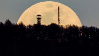 Karancskeszi, 2019. március 20.A felkelő Hold látszik a Karancs csúcsán lévő kilátó és az Antenna Hungária adótornya mögött Karancskeszi közeléből fotózva 2019. március 20-án.MTI/Komka Péter