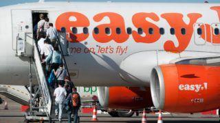 Budapest, 2011. szeptember 13. Utasok szállnak fel az easyJet diszkont légitársaság Airbus A319 típusú repülõgépére a Budapest Liszt Ferenc Nemzetközi Repülõtér 2-es termináljának forgalmi elõterén (apron). MTI Fotó: Koszticsák Szilárd