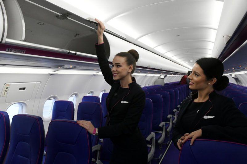 Budapest, 2019. március 7. Légiutas-kísérõk a magyar hátterû Wizz Air diszkont légitársaság elsõ Airbus A321neo típusú, halkabban és gazdaságosabban üzemeltethetõ repülõgépének fedélzetén a Liszt Ferenc-repülõtéren 2019. március 7-én. A Wizz Air új repülõgépein az A321-esekhez képest kilenccel több, összesen 239 ülõhely található, hatótávolságuk 6500 kilométer. MTI/Koszticsák Szilárd