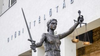 Győr, 2012. március 29.Justitia (Iustitia), az igazság, az igazságszolgáltatás, a törvényhozás istennőjének szobra áll a Győri Ítélőtábla előtt.MTI Fotó: Krizsán Csaba