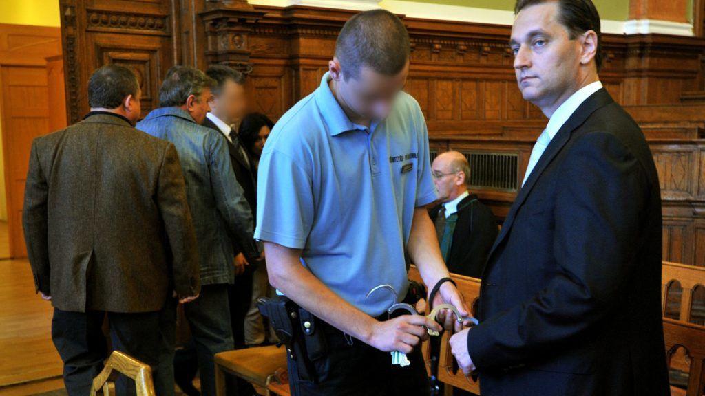Budapest, 2011. június 21. Hunvald György egykori VII. kerületi szocialista polgármester kezérõl leveszik a bilincset a Fõvárosi Bíróság tárgyalótermében, ahol folytatódott a sok száz milliós kárt okozó, bûnszervezetben elkövetett korrupcióval vádolt volt kerületi vezetõ és 24 társának büntetõpere. MTI Fotó: Máthé Zoltán