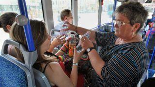 Budapest, 2012. május 3. Vizet osztanak a BKV Mercedes Citaro típusú autóbuszán Újpesten. A Budapesti Közlekedési Központ (BKK) soron kívüli intézkedéseket kért a BKV-tól azért, hogy az ideiglenesen forgalomba állított, használt Mercedes Citaro autóbuszok klímaberendezéseit beüzemeljék. MTI Fotó: Máthé Zoltán