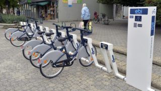 Esztergom, 2013. szeptember 17. Kerékpárok sorakoznak az Esztergom központjába kihelyezett biciklidokkoló berendezésben 2013. szeptember 17-én. Az esztergomi bérbicikli hálózat (ebi) kiépítését a Neuzer Kerékpár Kft. végzi. MTI Fotó: Máthé Zoltán