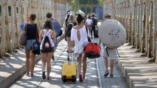 Budapest, 2015. augusztus 7. Érkeznek a látogatók a Sziget fesztiválra 2015. augusztus 7-én. A Sziget fesztivál idén augusztus 10-én indul a mínusz egyedik nappal és augusztus 17-án zárul. MTI Fotó: Máthé Zoltán