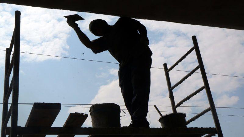"""Miskolc, 2019. július 31. Egy munkás dolgozik a miskolci Tiszai pályaudvar utasperonjának felújításán 2019. július 31-én. A vasúttársaság 2016-tõl folyamatosan újítja fel az 1960-as években épült betonszerkezetû perontetõket, idén az utolsó, """"B"""" perontetõ is megújul. MTI/Vajda János"""