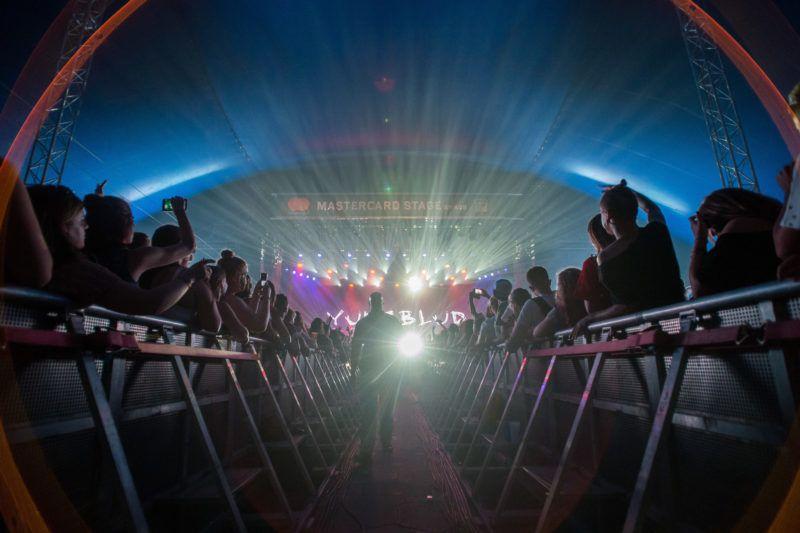 Budapest, 2019. augusztus 8. A közönség Dominic Richard Harrison énekes és a brit Yungblud rockzenekar koncertjén a 27. Sziget fesztiválon a Mastercard A38 Színpadon, az óbudai Hajógyári-szigeten 2019. augusztus 8-án. MTI/Balogh Zoltán