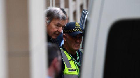 Melbourne, 2019. augusztus 21. George Pell ausztrál bíboros, Ferenc pápa volt pénzügyi fõtanácsadója elhagyja a melbourne-i fellebbviteli bíróság épületét a meghallgatása után 2019. augusztus 21-én. A bíróság elutasította a pedofília miatt elítélt fõpap fellebbezését, így Pellnek folytatnia kell hatéves börtönbüntetésének letöltését. A 77 éves Pell a legmagasabb rangú egyházi személy, akit pedofilügyekért elítéltek. MTI/EPA/AAP/James Ross