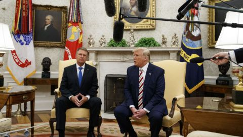 Washington, 2019. augusztus 20. Donald Trump amerikai (j) és Klaus Iohannis román elnök megbeszélést folytat a washingtoni Fehér Ház Ovális irodájában 2019. augusztus 20-án. MTI/AP/Alex Brandon