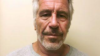New York, 2019. augusztus 10. A New York State Sex Offender Registry által közreadott, 2017.március 28-án készített kép az emberkereskedelemmel és kiskorúak megrontásával vádolt Jeffrey Epstein amerikai milliárdos üzletemberrõl, aki elõzetes letartóztatása alatt, 2019. augusztus 9-én egy manhattani börtönben öngyilkos lett. MTI/AP/New York State Sex Offender Registry