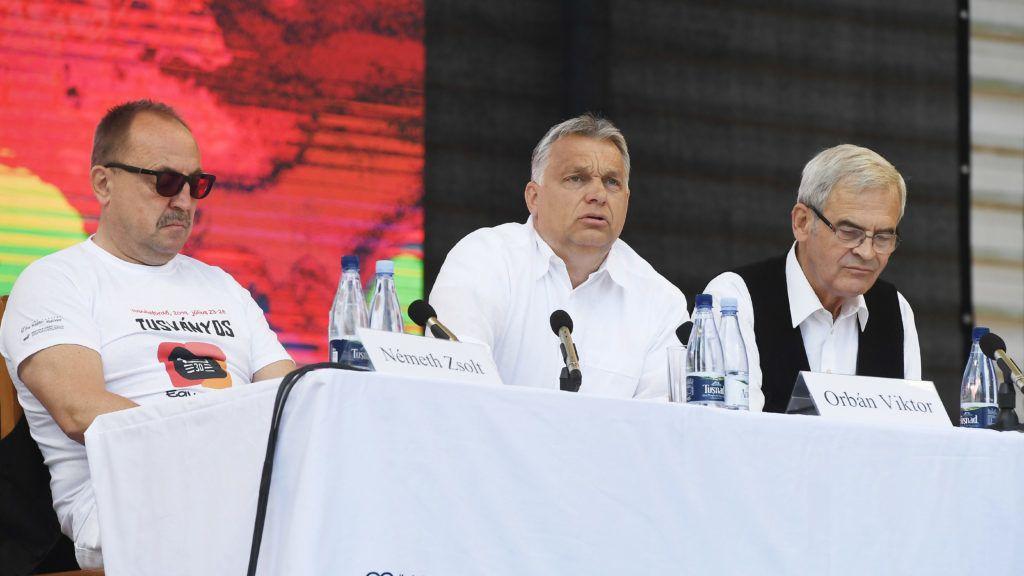 Tusnádfürdõ, 2019. július 27. Orbán Viktor miniszterelnök (k), Németh Zsolt, az Országgyûlés külügyi bizottságának fideszes elnöke (b) és Tõkés László, az Erdélyi Magyar Nemzeti Tanács (EMNT) elnöke a 30. Bálványosi Nyári Szabadegyetem és Diáktáborban (Tusványos) az erdélyi Tusnádfürdõn 2019. július 27-én. MTI/Koszticsák Szilárd