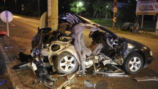 Budapest, 2019. augusztus 16. Összeroncsolódott személyautó a fõváros a IV. kerületben, a Váci út és a Bagaria utca keresztezõdésében 2019. augusztus 16-án.  A gépjármû oszlopnak ütközött, a balesetben két ember meghalt. MTI/Mihádák Zoltán