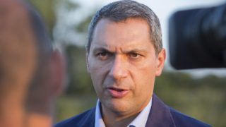 Makó, 2015. augusztus 28. Lázár János, a Miniszterelnökséget vezetõ miniszter nyilatkozik a sajtónak a Kiszombort és Makót összekötõ kerékpárút átadása után Makó határában 2015. augusztus 28-án. Szeptember közepe után a tiltott határátlépés bûncselekmény lesz, amit szankcionálni fognak - jelentette be a miniszter. MTI Fotó: Rosta Tibor