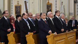 Nagykáta, 2019. május 17. Orbán Viktor miniszterelnök (első sor, b), Balog Zoltán miniszterelnöki biztos, a Polgári Magyarországért Alapítvány kuratóriumi elnöke (első sor, b2), Nagy János Miniszterelnöki Programirodát vezető államtitkár (első sor, b3) és Czerván György, a térség fideszes országgyűlési képviselője (első sor, b4) a templom felújításáért tartott hálaadó szentmisén a nagykátai római katolikus templomban 2019. május 17-én. MTI/Szigetváry Zsolt
