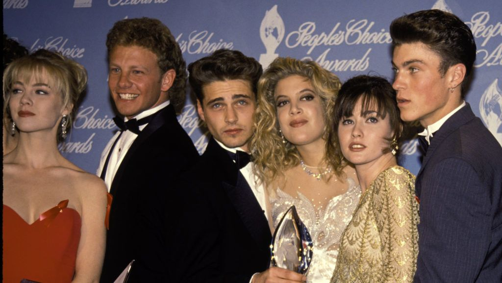 UNITED STATES - 17th March 1992:  Jason Priestley, Tori Spelling and Shannen Doherty with the rest of the cast of Beverly Hills 90210 in the press room at the 1992 People's Choice Awards in Hollywood.  (Photo by Vinnie Zuffante/Getty Images)