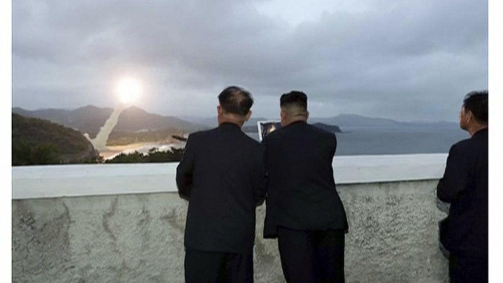 2019. augusztus 11. Az észak-koreai KRT által közreadott, videofelvételrõl készített képen új fegyverrendszer kipróbálását felügyeli Kim Dzsong Un elsõszámú észak-koreai vezetõ (k) Észak-Koreában, egy nem megnevezett helyszínen 2019. augusztus 10-én. MTI/AP/KRT