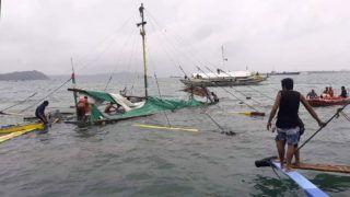 Iloilo, 2019. augusztus 3.A Fülöp-szigeteki Vöröskereszt által közreadott képen túlélők után kutatnak, miután felborult három utasszállító hajó a Fülöp-szigeteki Iloilo partjainál 2019. augusztus 3-án. A vélhetően rossz időjárási körülmények között bekövetkezett balesetben legkevesebb 12 utas életét vesztette, 47-et sikerült kimenteni.MTI/EPA