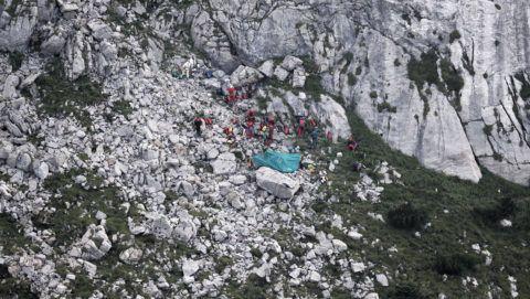 Zakopane, 2019. augusztus 20. A lengyel Tátrai Önkéntes Mentõegység (TOPR) tagjai a szlovák határhoz közeli Nagy Havas barlang bejáratánál Zakopane közelében 2019. augusztus 20-án. Több mint kéttucatnyi mentõs dolgozik két barlangban rekedt férfi mentésén a lengyelországi Tátrában, a két harminc év körüli barlangász augusztus 17-én ragadt a Nagy Havas barlangban, körülbelül 500 méteres mélységben, miután víz öntötte el a szûk alagutat. A két barlangásszal még nem sikerült kapcsolatot létesíteni, így azt sem tudni, hogy vannak. MTI/EPA/PAP/Grzegorz Momot