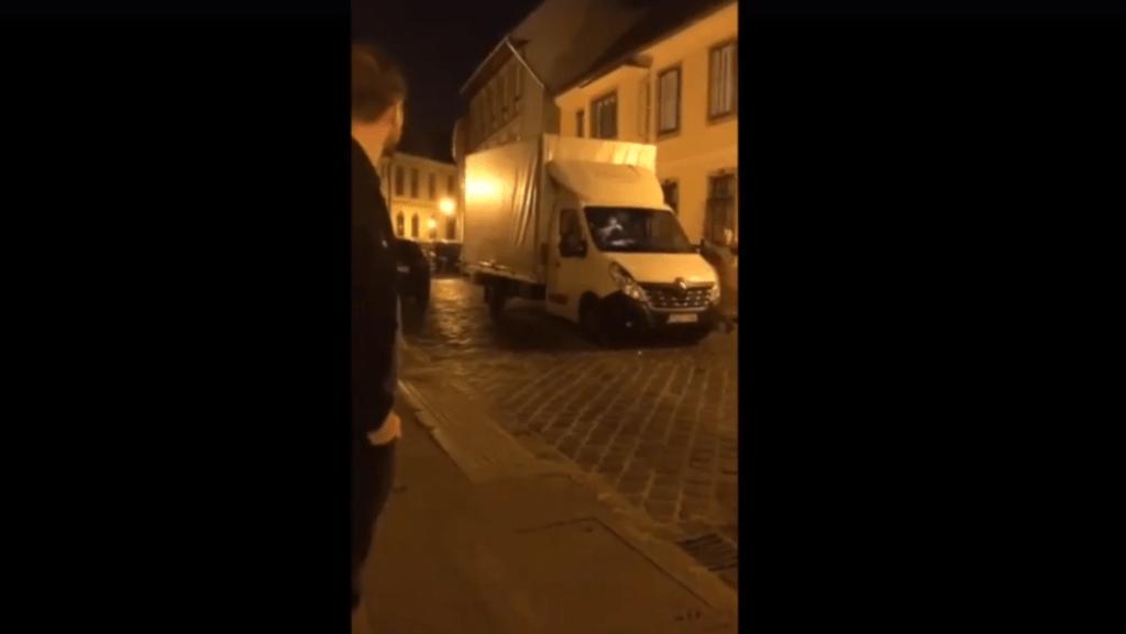 Az éj leple alatt indult el egy kartondobozokkal teli teherautó az I. kerületi önkormányzattól