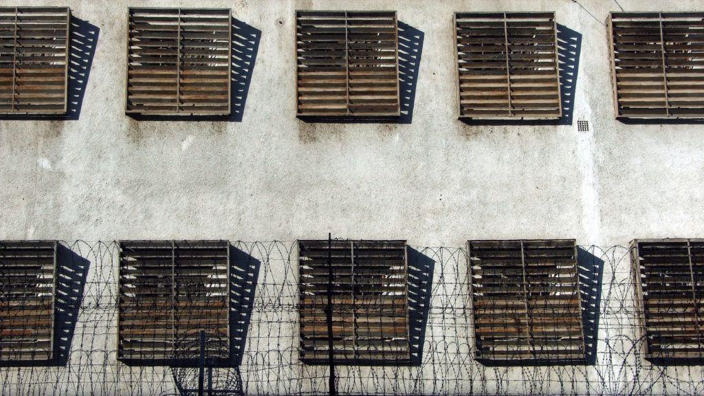 Azonnali hatállyal felfüggesztik a börtönkártérítések kifizetését