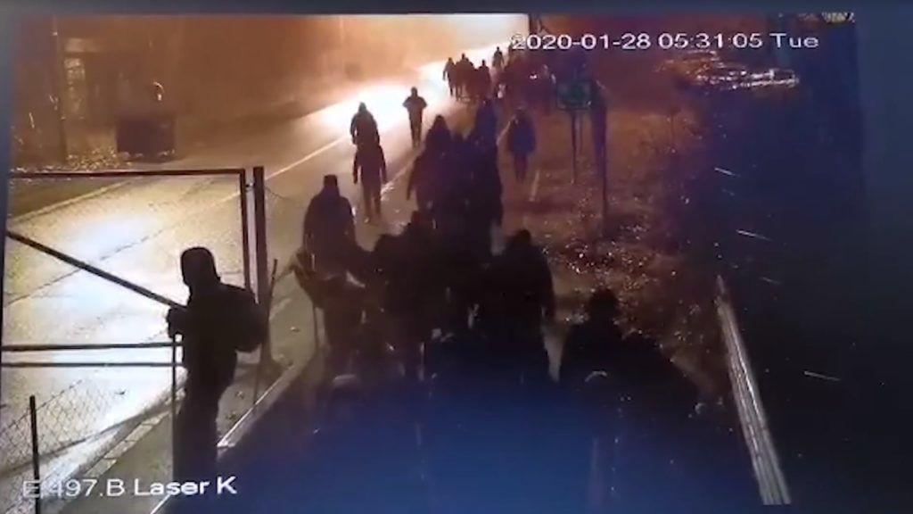 Videón, ahogy a migránsok megpróbáltak áttörni a határkerítésen Röszkénél
