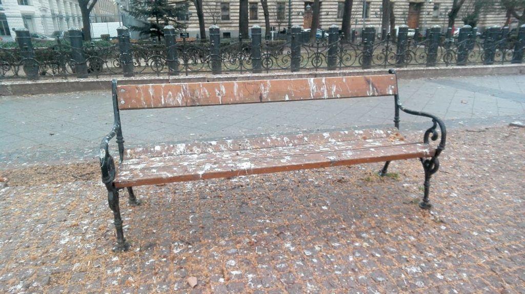 Vetési varjak szarták össze a Szabadság téri padokat, most begyűjtik azokat