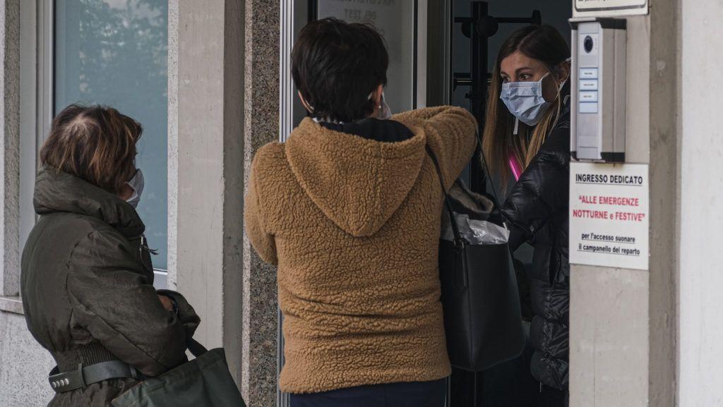 Összeomlás szélén az észak-olasz kórházak, megbetegedtek az orvosok is