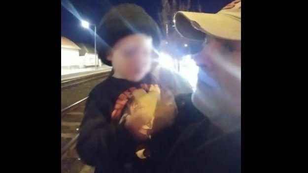 Pizsamás, egyedül kóborló kétévest találtak egy budapesti főút mellett