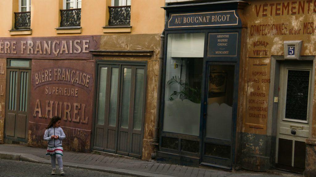 Félbemaradt a forgatás a koronavírus miatt, díszletek lepik el Párizst