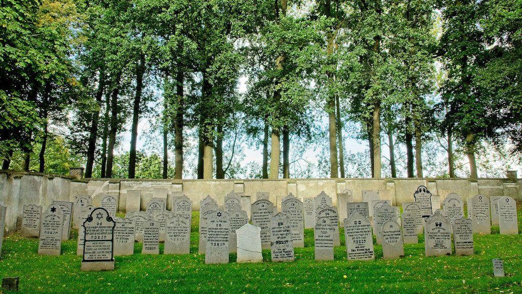 Macskakő helyett darabokra tört zsidó sírköveken jártak a prágaiak