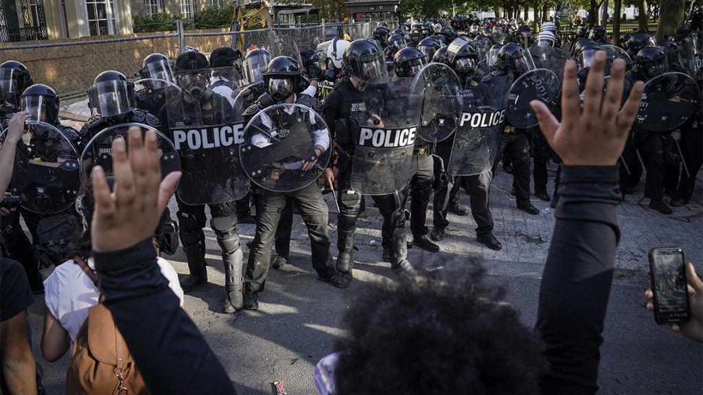 """""""Őrület, milyen nyíltan csinálják"""" – szinte vadásznak az újságírókra az amerikai rendőrök"""