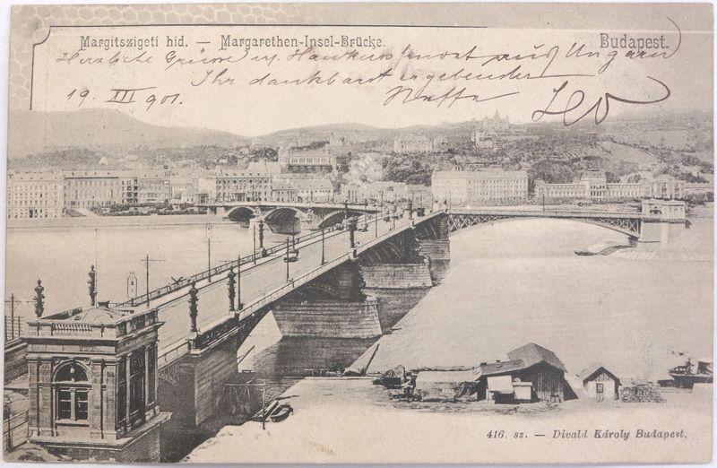 A Dunától pár lépésnyire áll a felrobbant Margit híd egy darabja