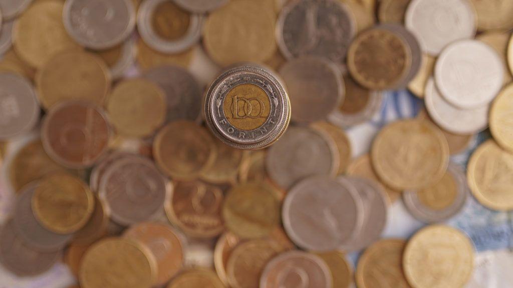 Az euróhoz, a dollárhoz és a svájci frankhoz képest is gyengült a forint