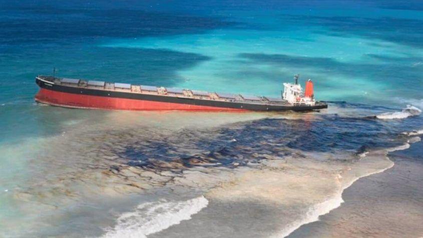 Környezeti tragédiát okoz a felborult tanker