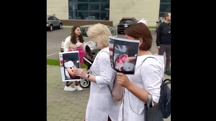 A belarusz orvosok megmutatták, milyen sérüléseket szenvedtek a tüntetők