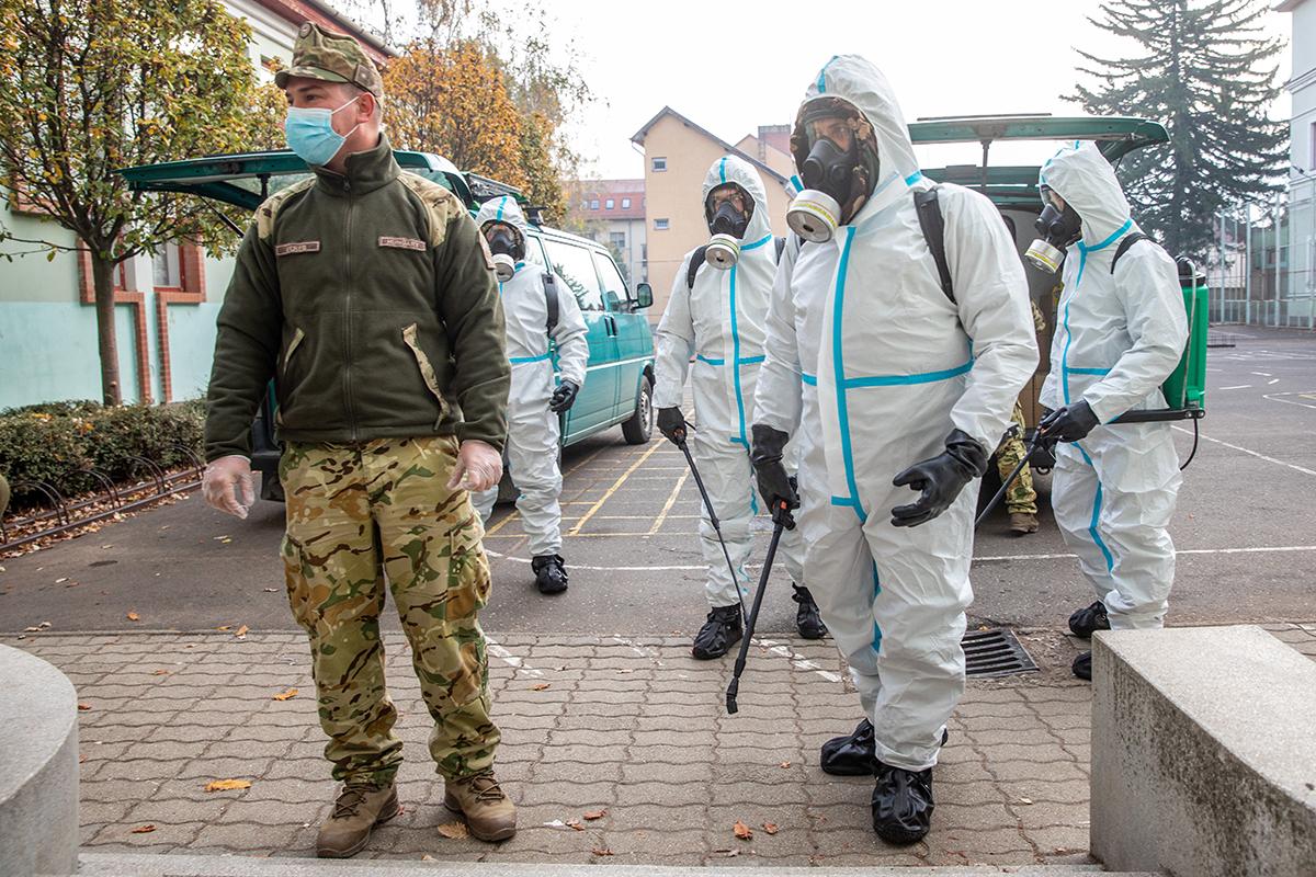"""""""Ne keresd a logikát!"""" – járványügyi védekezés egy magyar iskolában"""