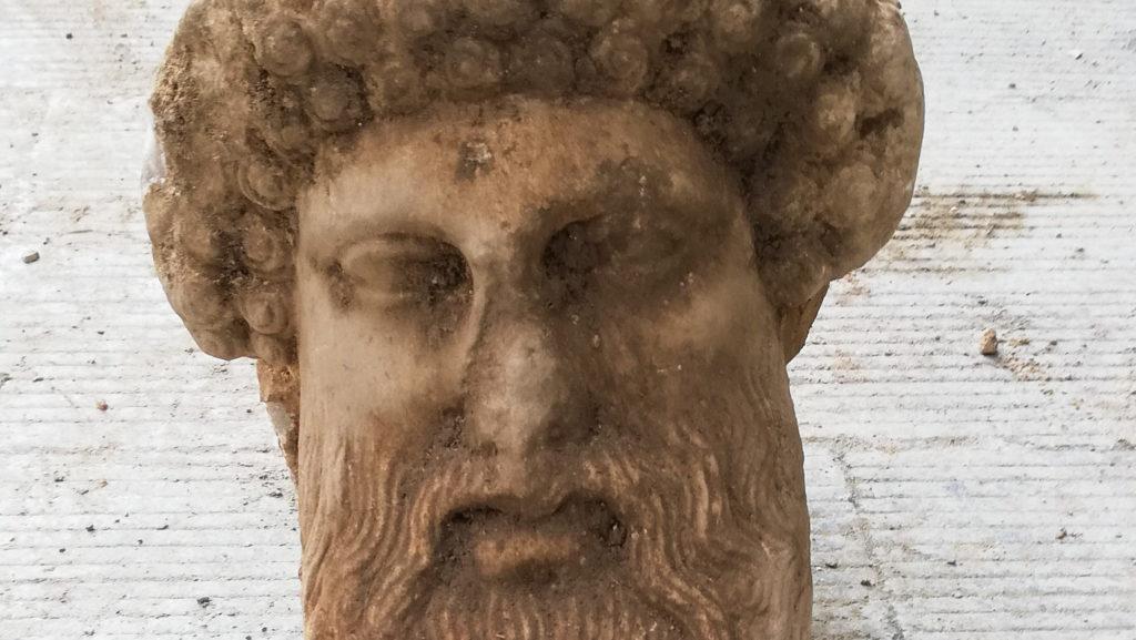 Egy ókori görög isten fejszobrára bukkantak   24.hu