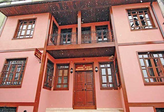 A XIX. század derekán született Gurabahane-i Laklakan, azaz a Gyámoltalan gólyák háza mai épülete, ami egy állatkórháznak ad otthont.