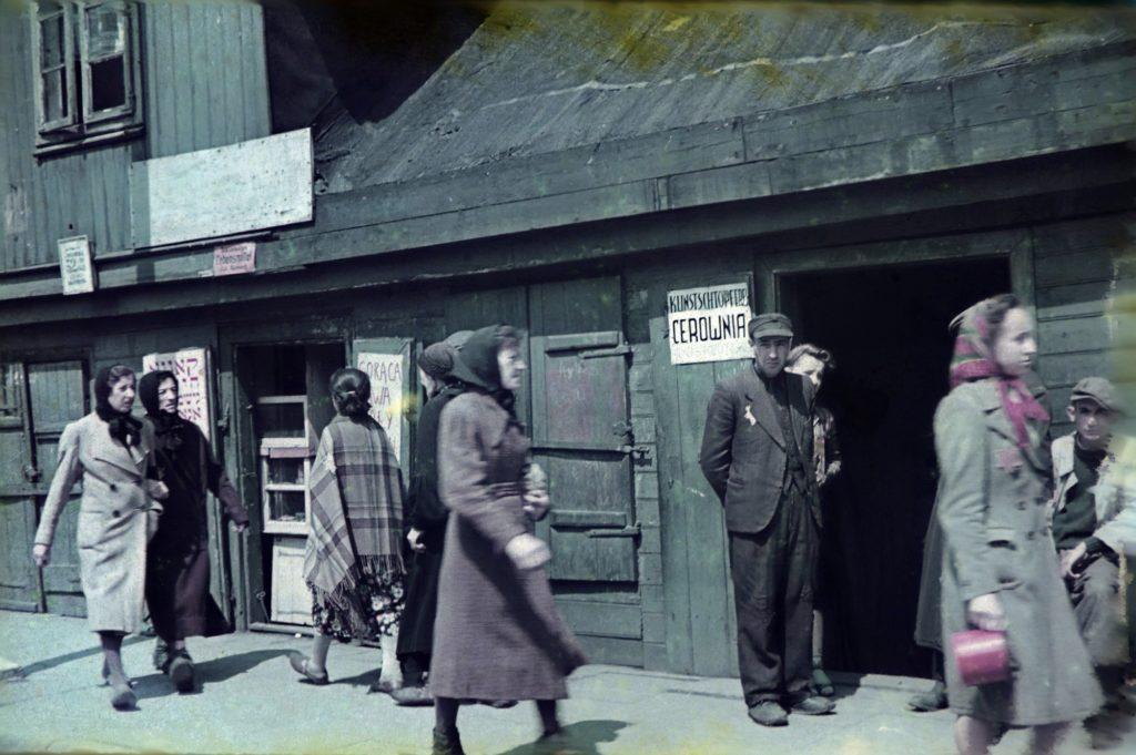 Borzalom pasztellszínekben – Egy náci könyvelő színes fényképei a łódźi gettóról