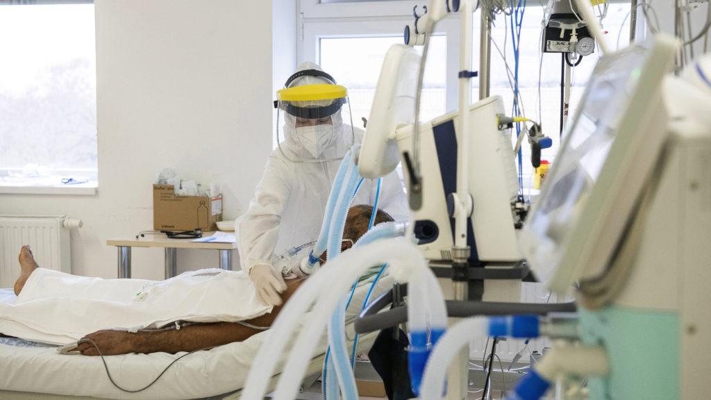 Két harminc év alatti koronavírusos beteg is meghalt az elmúlt 24 órában