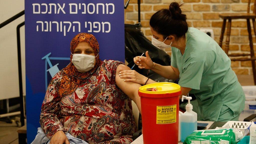 Izrael nagy fölénnyel vezet az oltásversenyben