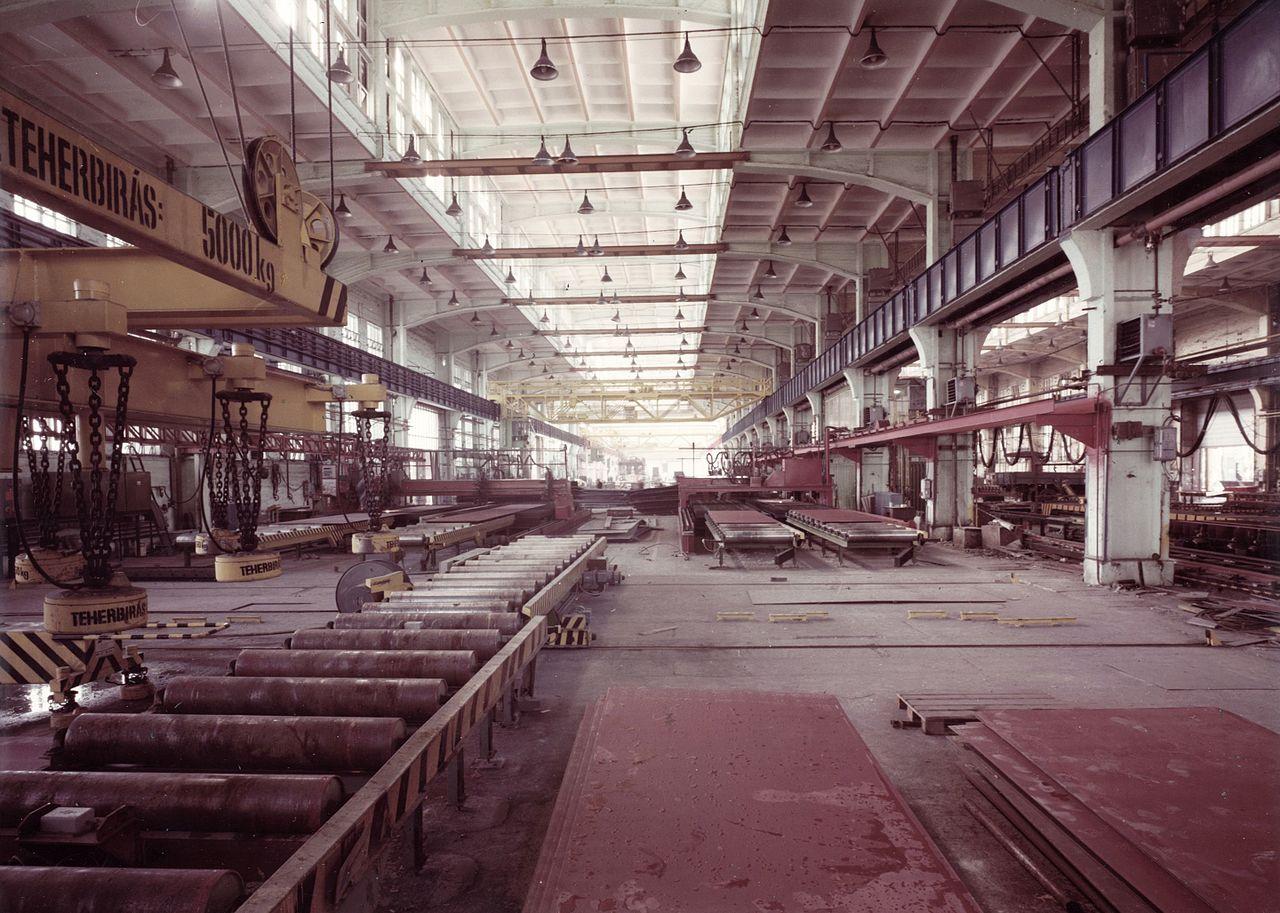 Az üzemcsarnokok egyike egy 1984-es fotón.
