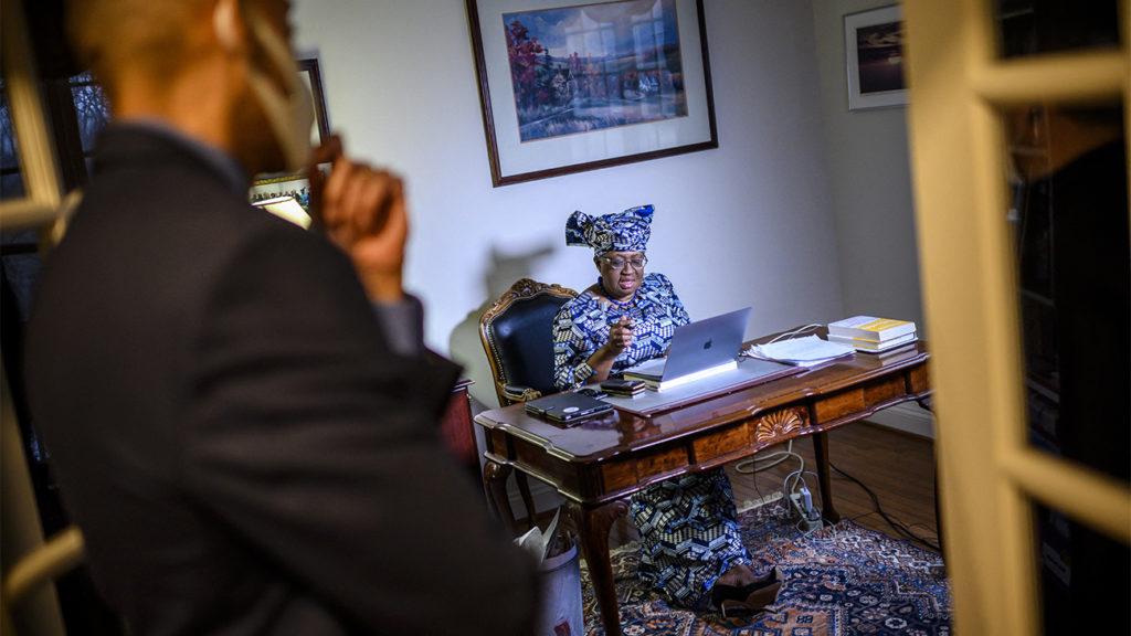 tárgyaló afrikai nő párizsban könyv keresi és találja kisfiú