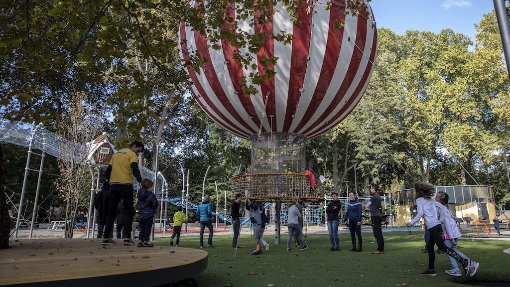 A Városligeti Nagyjátszótér Szinyei Merse Pál festménye ihlette ballon alakú mászókája.